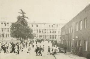 Budynek Główny RWT, lata 50-60. Plac przed wejściem do zakładu. Po prawej stronie budynek z okresu przedwojennego (jeszcze istniał)