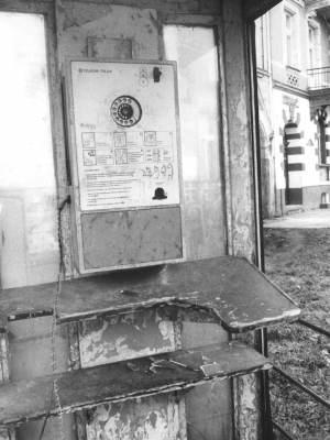 Wnętrze budki, aparat AWS-1, w opłakanym stanie - częsty widok