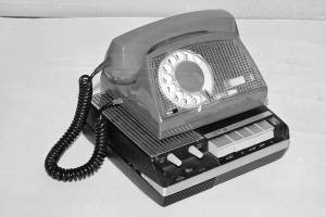 Storczyk podłączony do magnetofonu kasetowego MK-125 produkcji Unitra ZRK